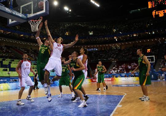 图文-男篮立陶宛战胜克罗地亚 双方激烈拼抢篮板