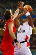 图文-男篮预赛安哥拉50-98西班牙 篮球场上一对一