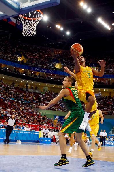 图文-澳大利亚106-75立陶宛 突破上篮不惧防守
