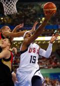 图文-[奥运]美国106-57德国 安东尼上篮很轻松
