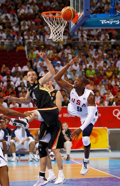 图文-[奥运]美国106-57德国 韦德上篮动作夸张