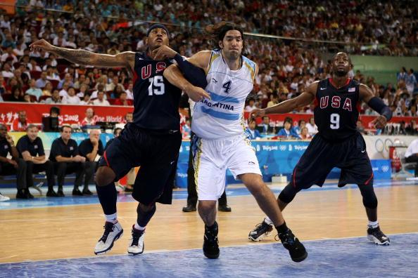 图文-半决赛阿根廷81-101梦八 斯科拉篮下抢位置