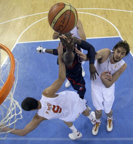 图文-男篮决赛美国大战西班牙 加索尔永不放弃