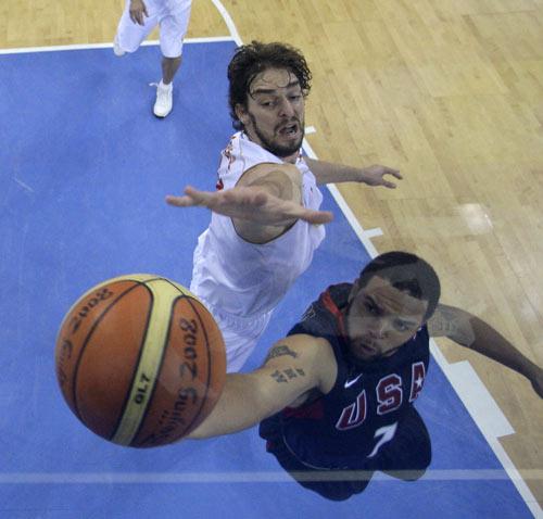 图文-男篮决赛美国大战西班牙 顽强阻击上篮