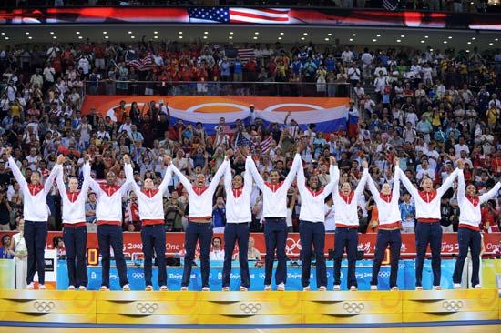 图文-[女篮决赛]美国92-65澳大利亚 美国队员致谢