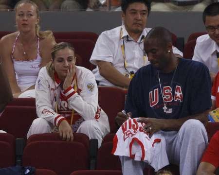 图文-[女篮决赛]美国92-65澳大利亚 科比签名