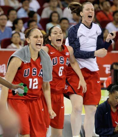 图文-[女篮决赛]美国92-65澳大利亚 替补席很兴奋
