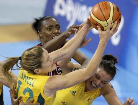 图文-[女篮决赛]美国92-65澳大利亚 双方争抢篮板