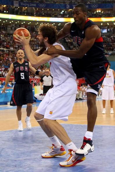 图文-北京奥运会男子篮球决赛 霍华德下手犯规