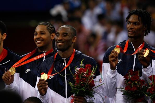 图文-美国男篮118-107西班牙 科比展示奥运金牌