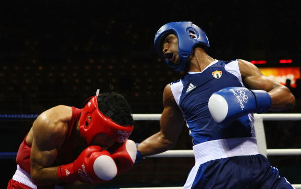 图文-14日奥运会拳击比赛赛况 这一拳能躲过去吗