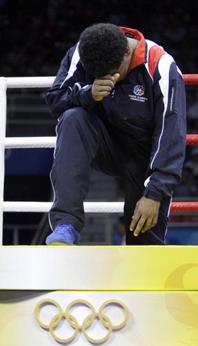 图文-拳击64公斤级决赛打响 激动走上奖台