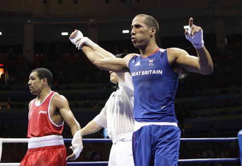 图文-拳击男子75公斤级决赛 裁判宣布战果