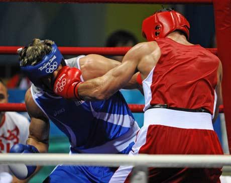 图文-拳击男子91公斤级决赛 左拳正中面门