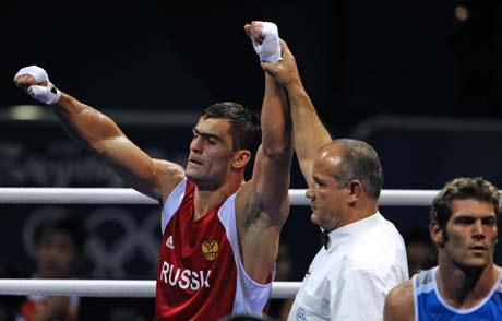图文-拳击男子91公斤级决赛 裁判宣判比赛结果