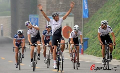 图文-各国自行车队训练备战奥运 高举双手迎接欢呼
