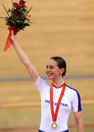 图文-场地自行车女子个人追逐赛决赛 手举鲜花庆祝