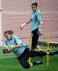 图文-德国女足进行适应场地训练 扑救这球没难度