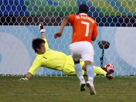 图文-[男足]荷兰1-0日本 守门员判断失误