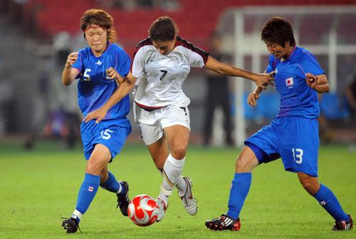 图文-女足日本2-4不敌美国 突破二人包夹