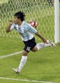图文-男足半决赛巴西0-3阿根廷 阿圭罗吸允手指