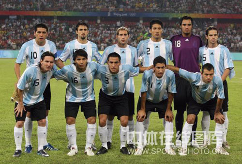 图文-男足半决赛巴西大战阿根廷 首发11人出炉