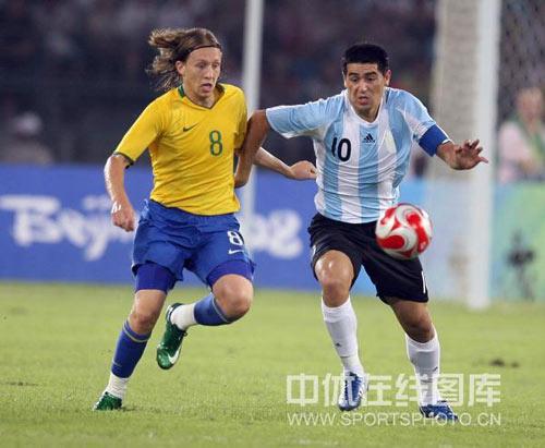 图文-男足半决赛巴西大战阿根廷 里克尔梅难阻