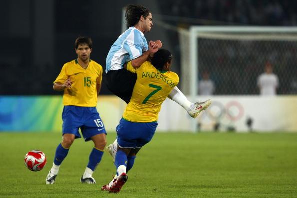 图文-奥运男足巴西VS阿根廷 安德森被对手撞倒