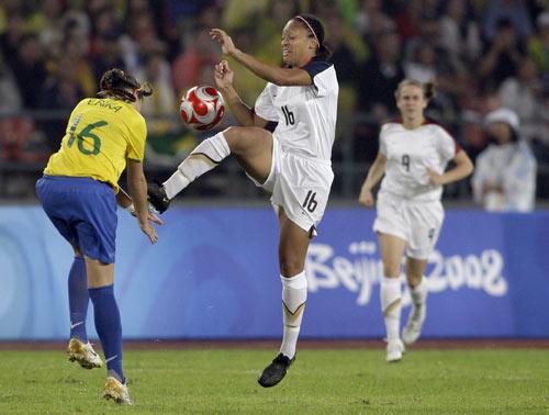 图文-女足决赛美国大战巴西 这一脚很危险