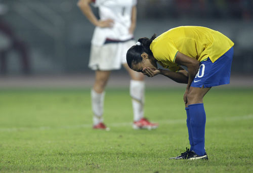 图文-女足美国1-0巴西夺金 玛塔痛苦地坚持