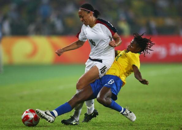 图文-奥运会女足决赛美国VS巴西  精彩倒地铲球