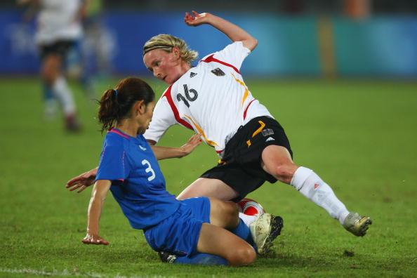 图文-德国女足2-0日本获铜牌 日本队员铲断对手