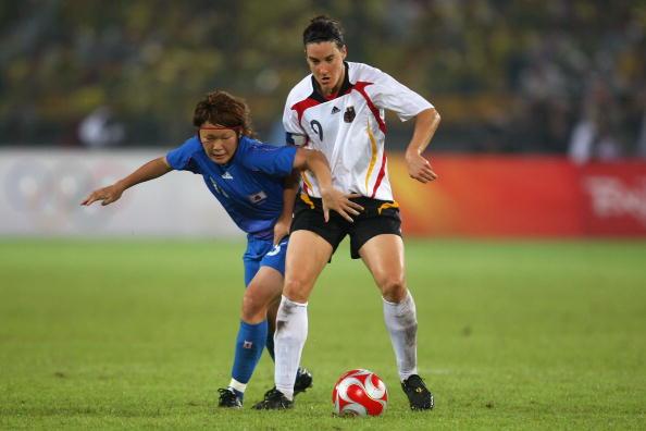 图文-德国女足2-0日本获铜牌 普林茨护住皮球