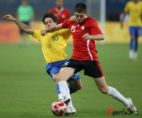 图文-男足巴西胜比利时摘铜 迭戈中场拼抢