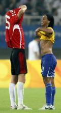 图文-男足巴西胜比利时摘铜 球场留下友谊
