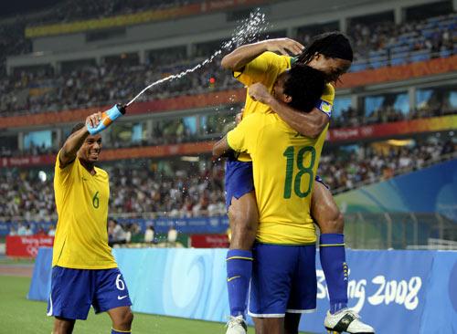 图文-男足巴西胜比利时摘铜 给你们降降温
