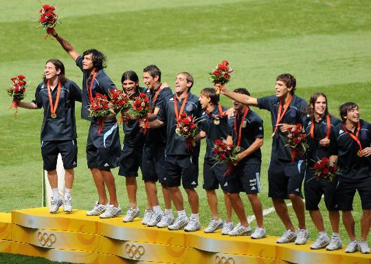 图文-北京奥运男子足球颁奖仪式 阿根廷队员卫冕