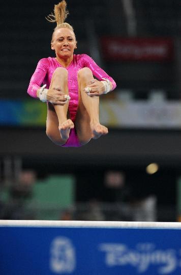 图文-美国女队训练 一美国选手高低杠训练中