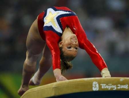 图文-女子体操资格赛 萨克拉莫内翻身上马