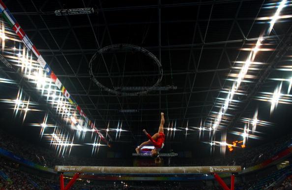 图文-中美对决女子体操资格赛 近乎倒立