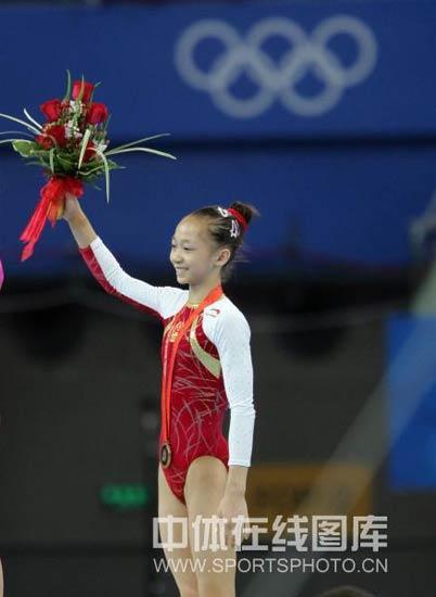 图文-体操女子个人全能决赛 杨伊琳向观众致意