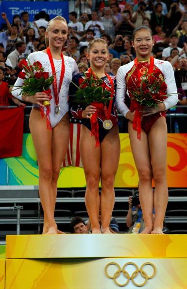 图文-奥运体操女子平衡木决赛 前三名合影留念