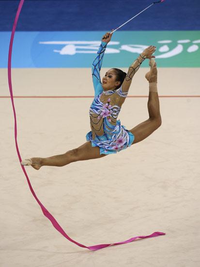 图文-艺术体操个人全能决赛 加拉耶娃高高跃起