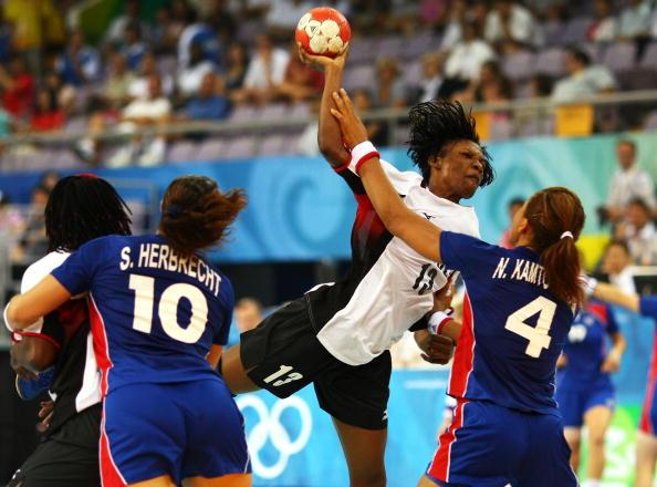 图文-北京奥运女手比赛开战 凯拉正准备攻门