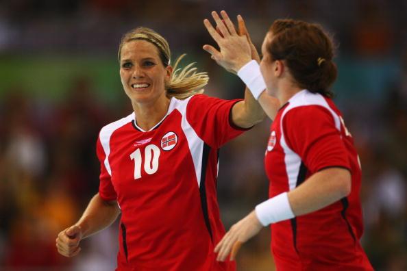 图文-奥运会9日女子手球赛场 击掌庆祝进球