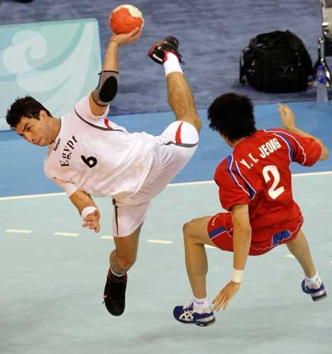 图文-奥运会16日男子手球赛场聚焦 动作十分到位