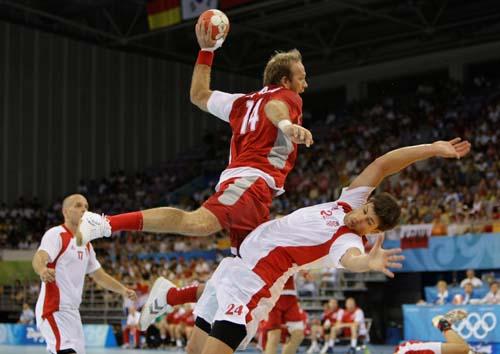 图文-奥运会16日男子手球赛场聚焦 攻方很有气势