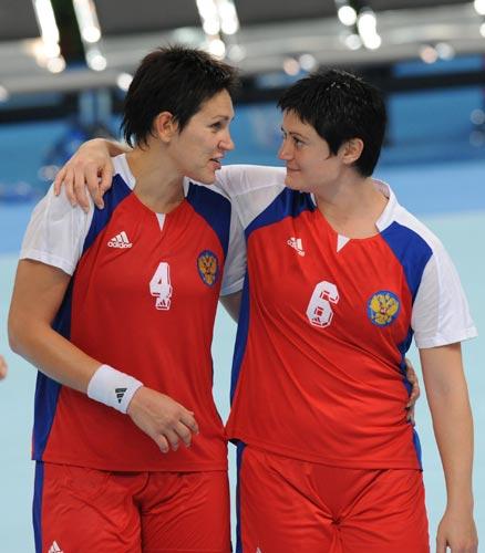 图文-奥运会女子手球半决赛赛况 俄罗斯队员交流