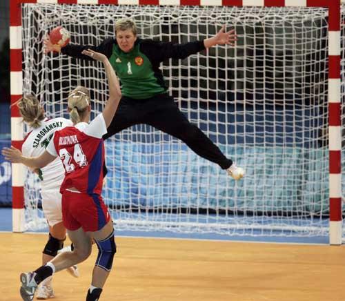 图文-奥运会女子手球半决赛赛况 破门得分的一瞬