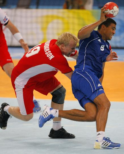 图文-北京奥运男子手球决赛赛况 狼狈不堪